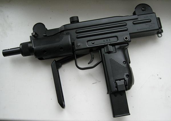 В Оленегорске из дачного домика украли два автомата и три пистолета