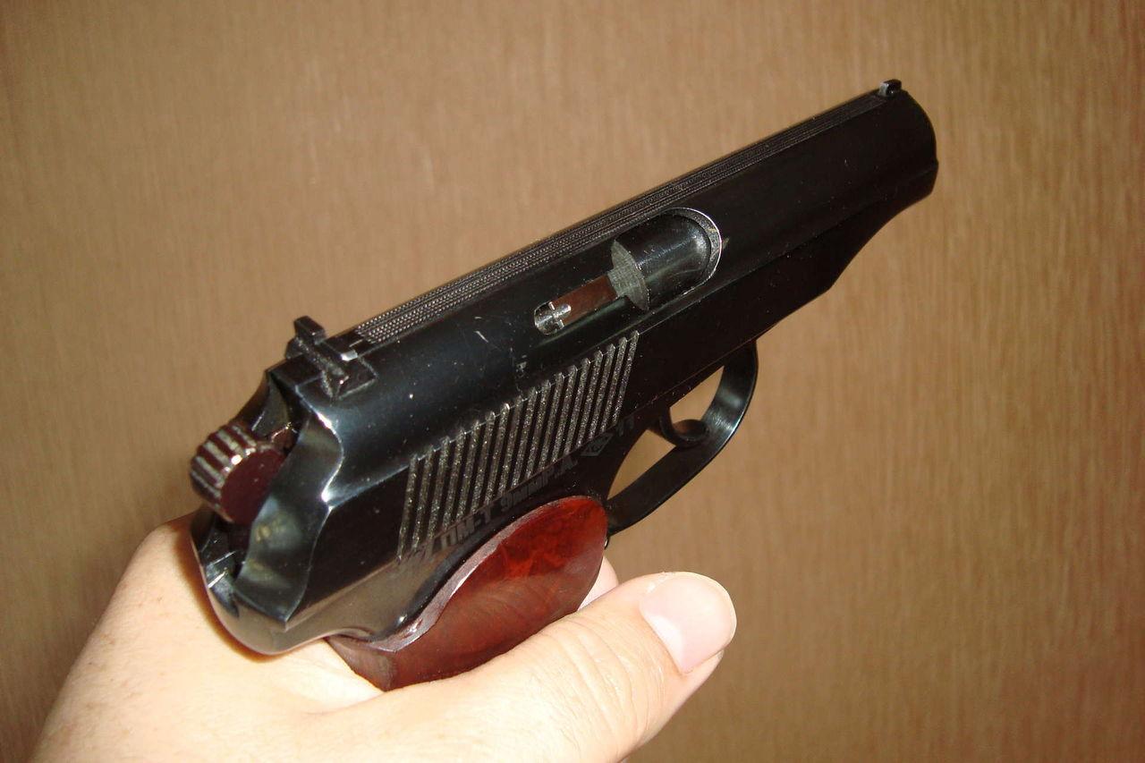 Пистолет Вий в руке