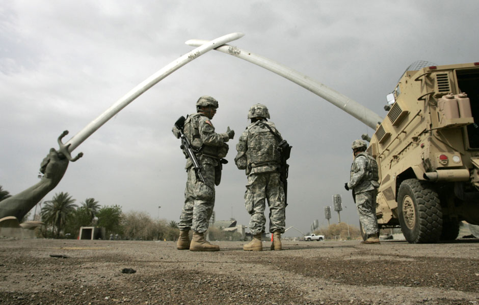U.S. soldiers stand near the Swords of Qadisiyah monument in Baghdad March 13, 2008. Picture taken March 13, 2008. REUTERS/Ceerwan Aziz (IRAQ)