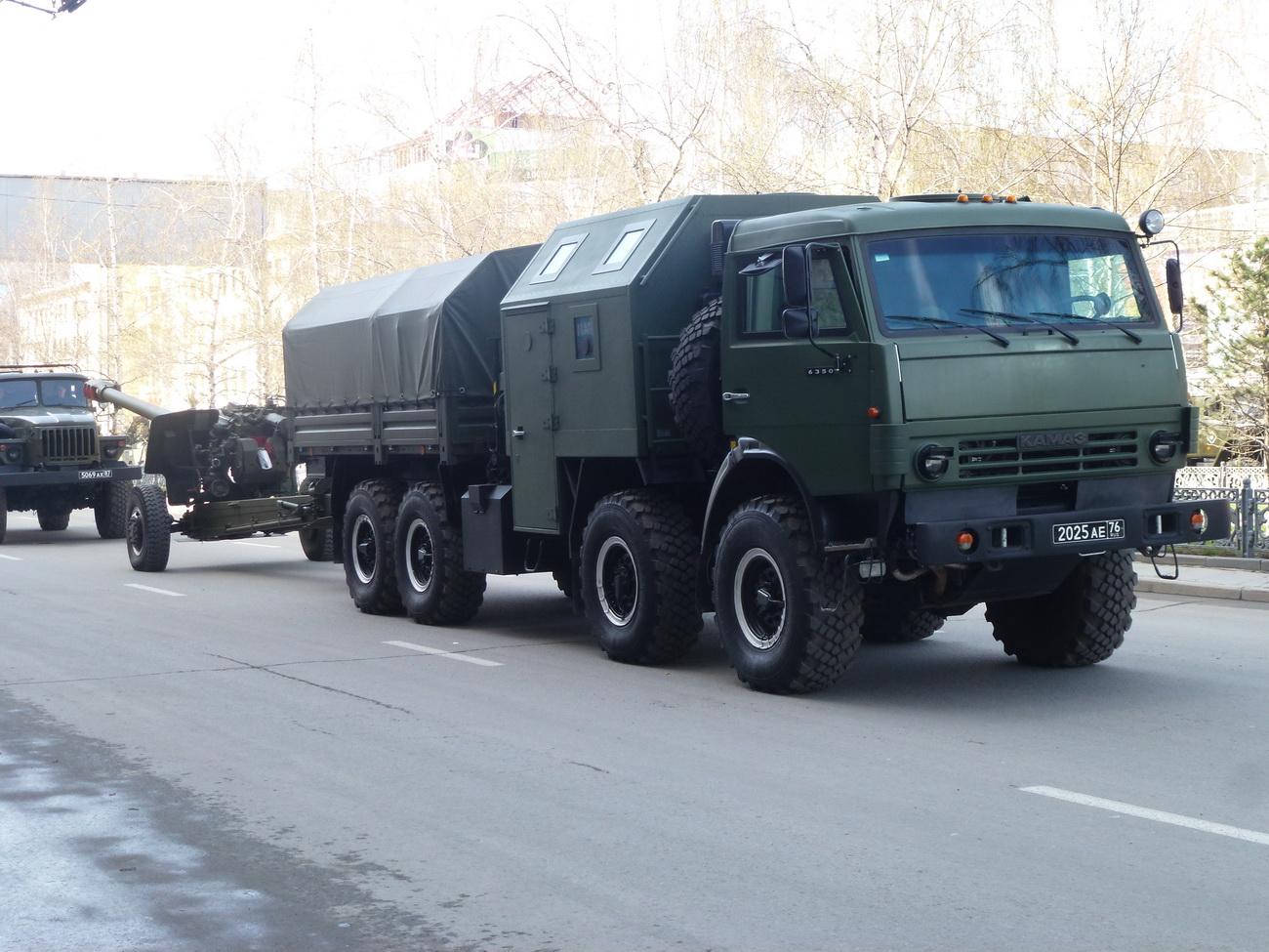 КамАЗ-6350 перевозит артиллерийское орудие