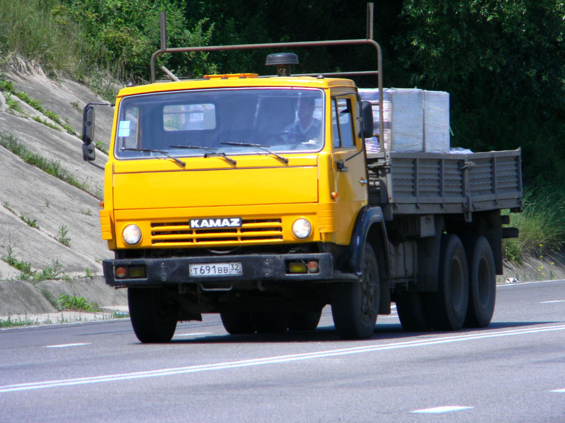 Камаз-5320 перевозит груз