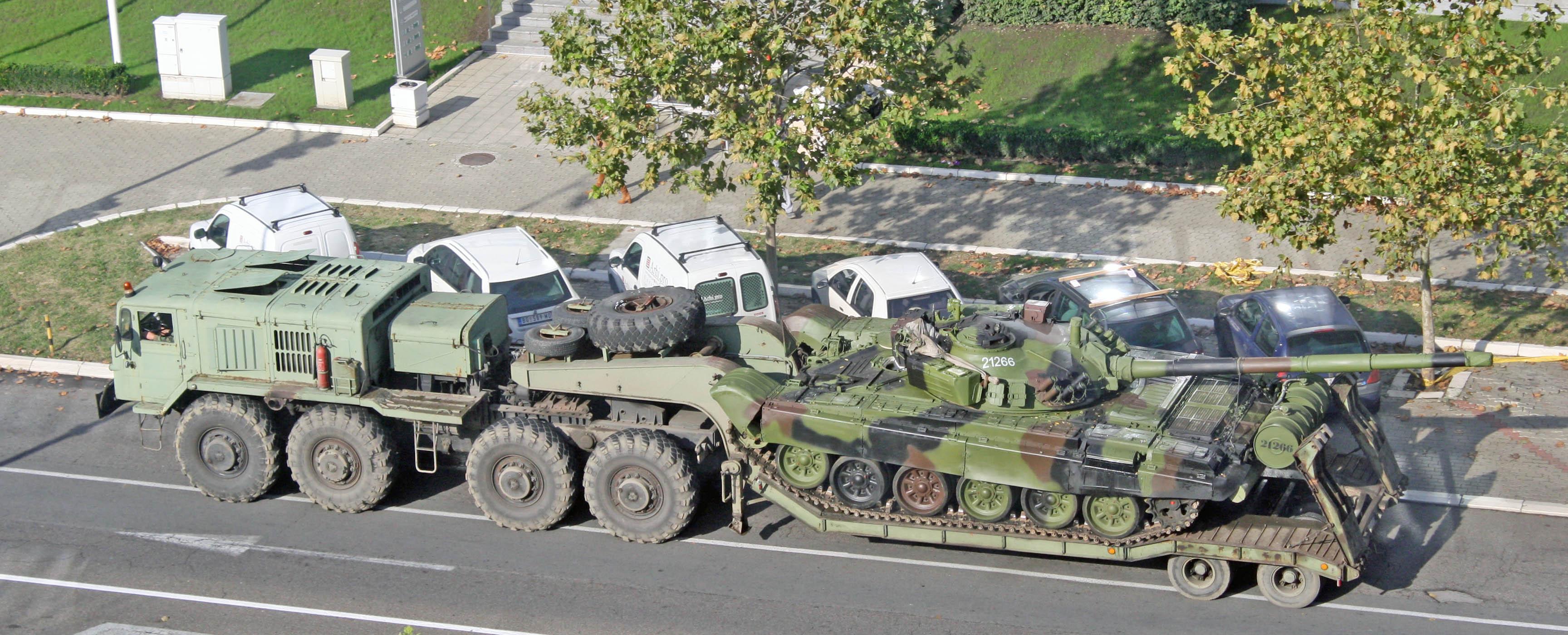 МАЗ-537 транспортирует танк по дороге