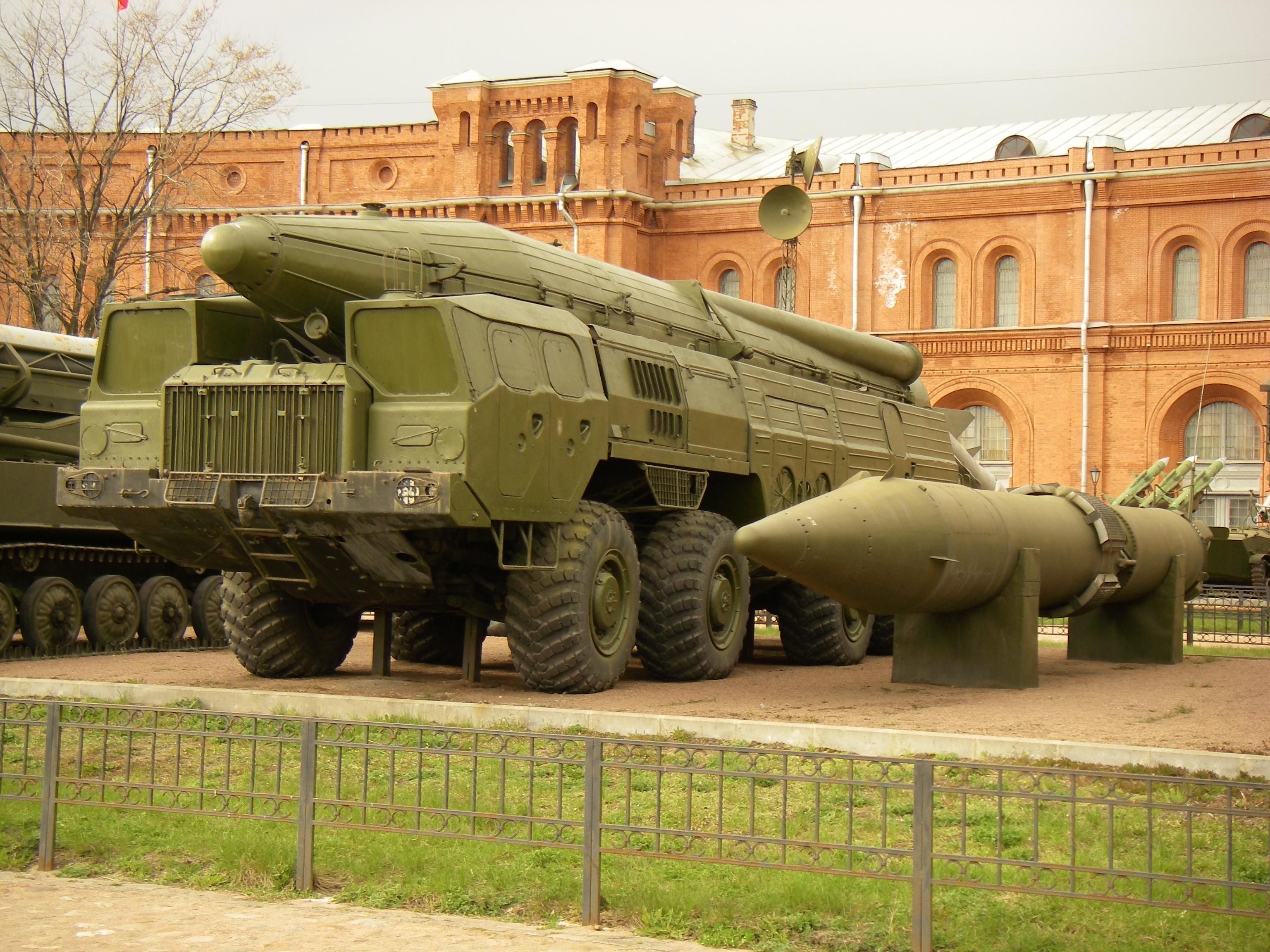 МАЗ-543 с ракетной установкой