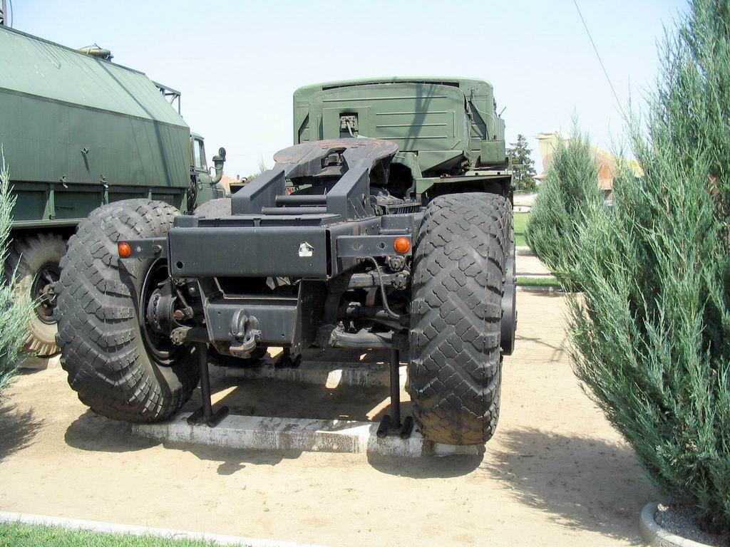 http://militaryarms.ru/wp-content/uploads/2017/01/Vid-szadi-MAZ-537.jpg