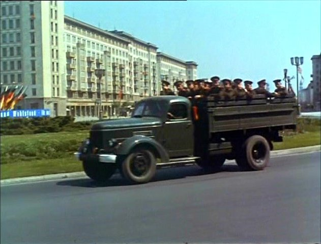 ЗиЛ-164 с солдатами