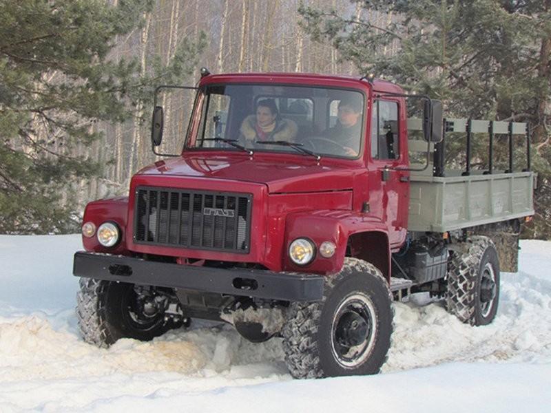 ГАЗ-3308 передвигается по снегу