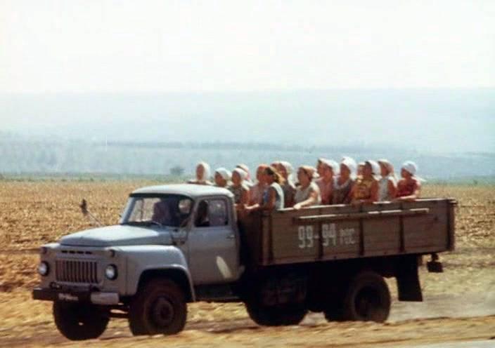 ГАЗ-53 перевозит людей