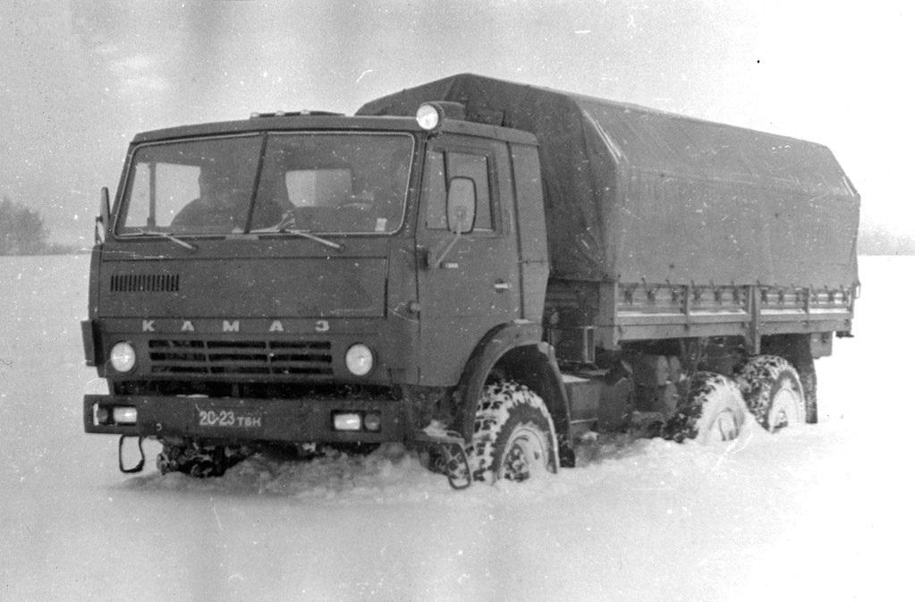 КамАЗ-4310 едет по снегу