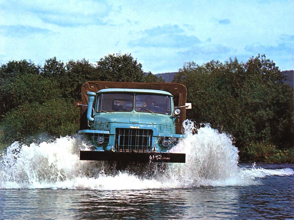 Урал-375 преодолевает водную преграду
