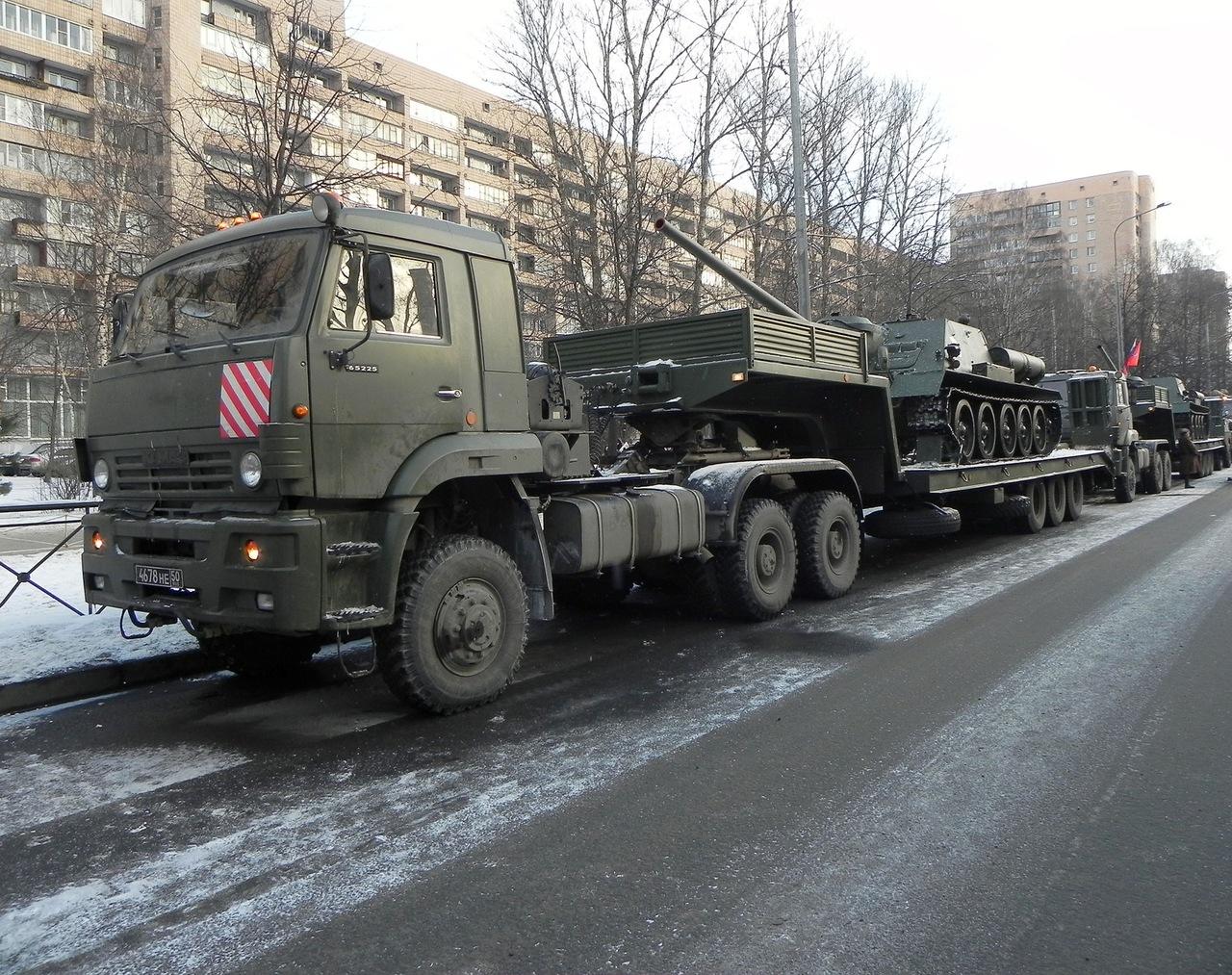 КамАЗ-65225 перевозит танк