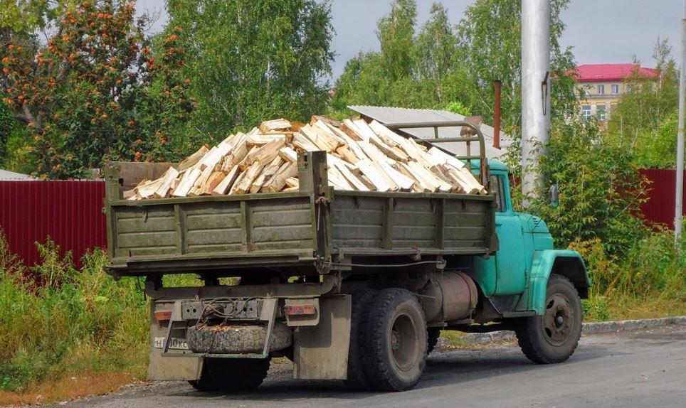 ЗиЛ-431410 перевозит дрова