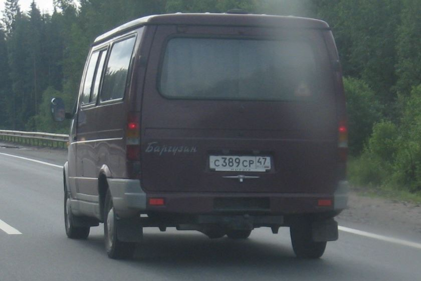 ГАЗ-2217 на дороге