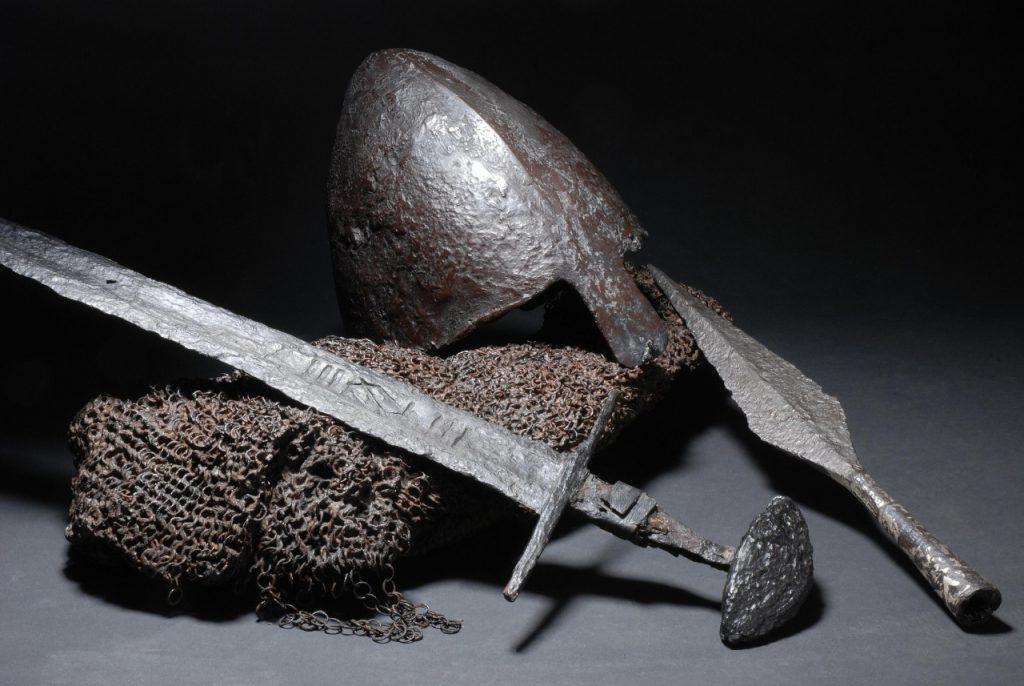 Шлем, кольчуга, меч и наконечник копья