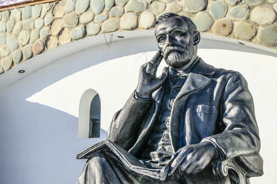 Памятник Альфреду Нобелю изобретателю динамита