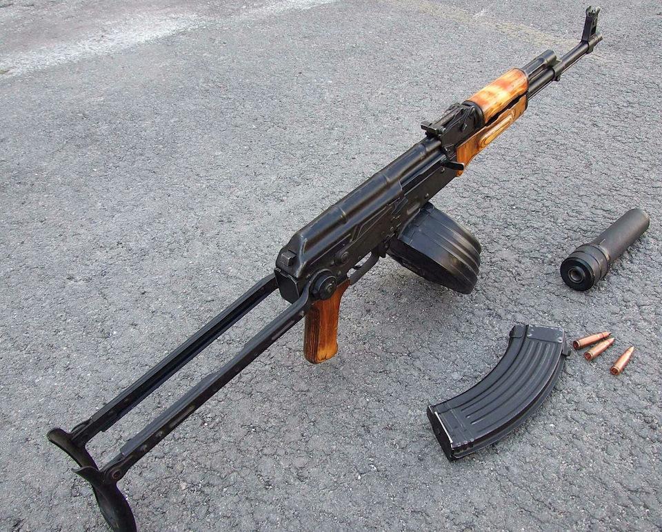 Автомат Калашникова, готовый к стрельбе