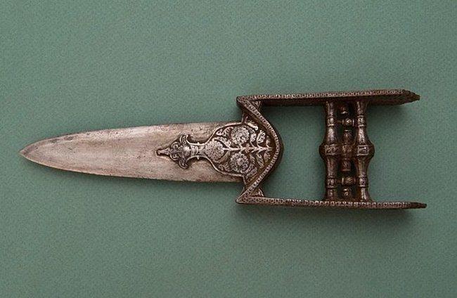 Катар с декоративным украшением рукояти