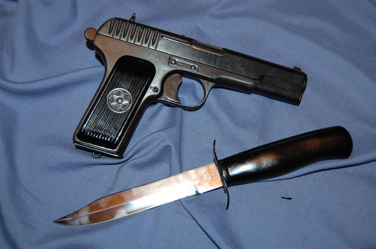 """""""Набор"""" разведчика - пистолет и нож"""