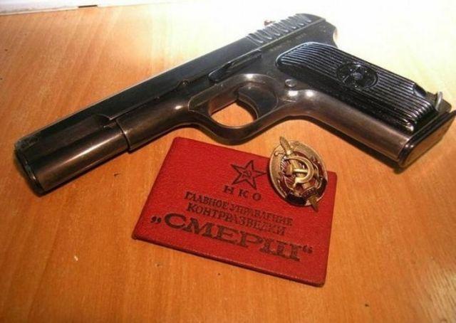 Орудия работы СМЕРШовца - пистолет и удостоверение