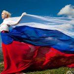 Девушка в платье цвета российского флага