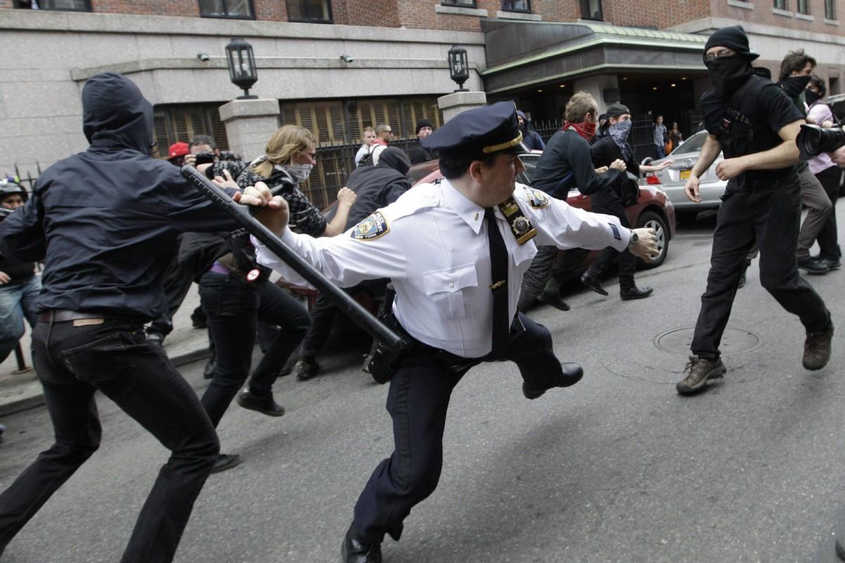 Использование тонфы полицейскими