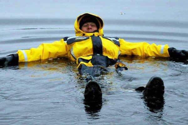 Костюм-поплавок не позволит рыбаку утонуть