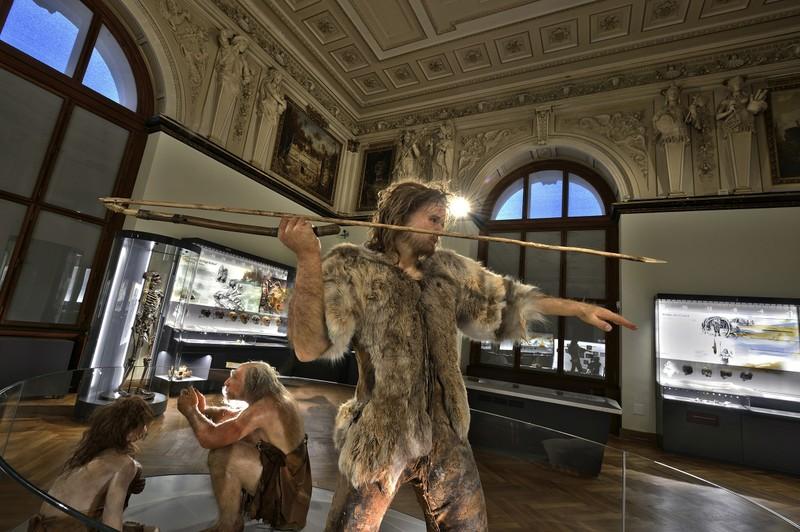 Макет древнего человека с копьем