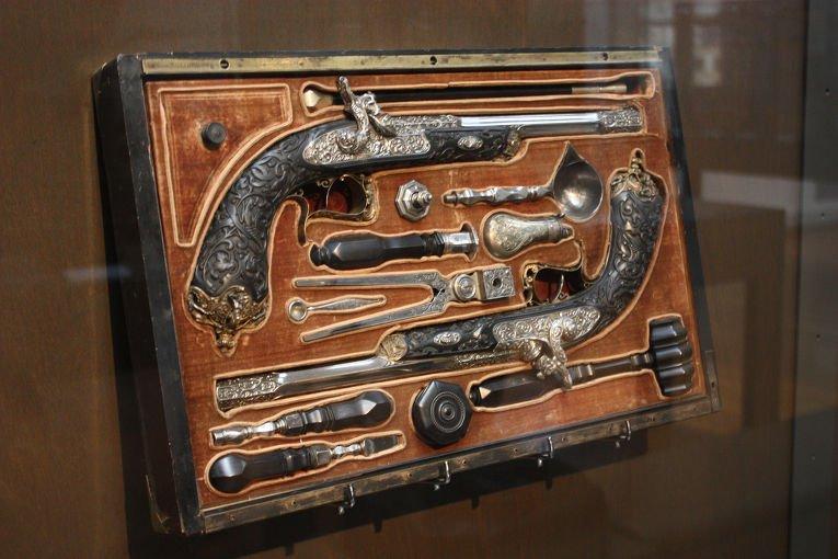Пистолеты и набор для ухаживания за оружием