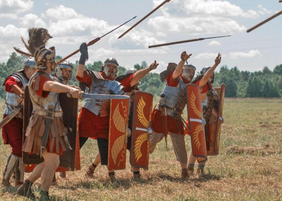 Римские легионеры метают дротики