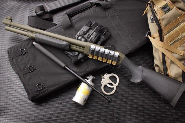 Ружье, наручники и газовый баллончик