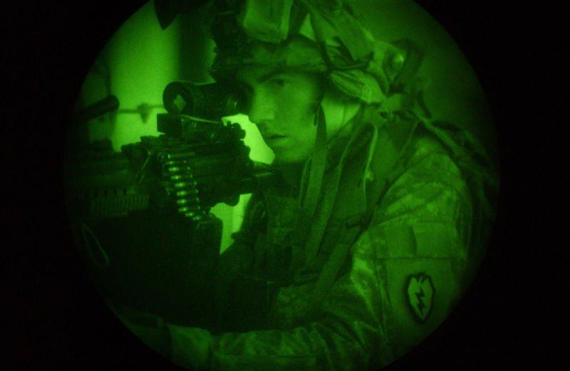 Солдат через прицел ночного видения