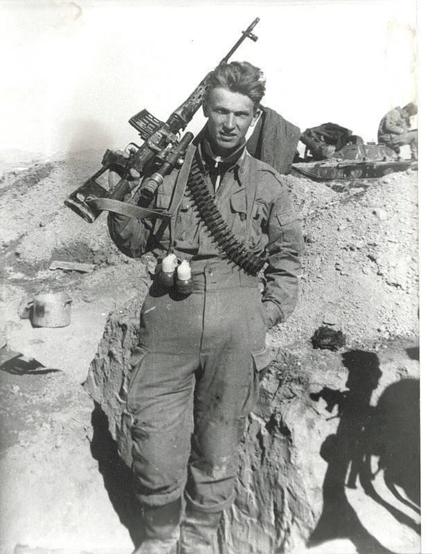 Солдат с гранатами на поясе