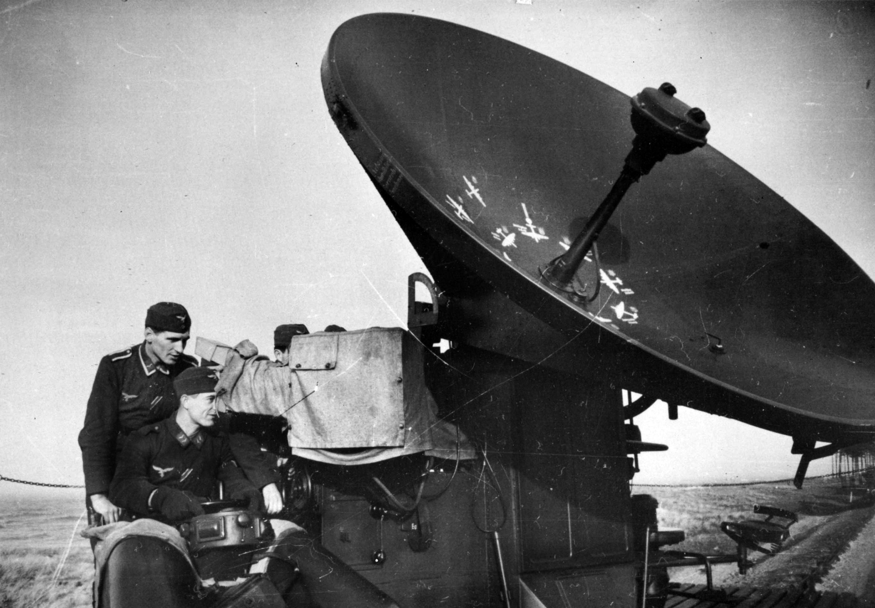 Солдаты у радиолокационной станции