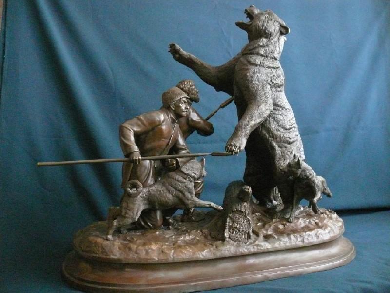 Статуэтка охоты на медведя