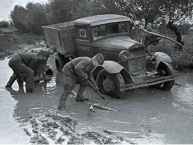 Застрявший в грязи ГАЗ-АА