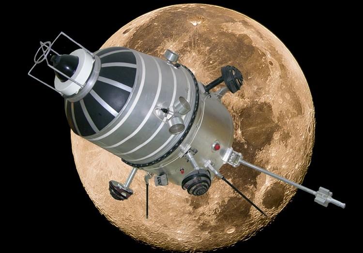 Искусственный спутник и Луна
