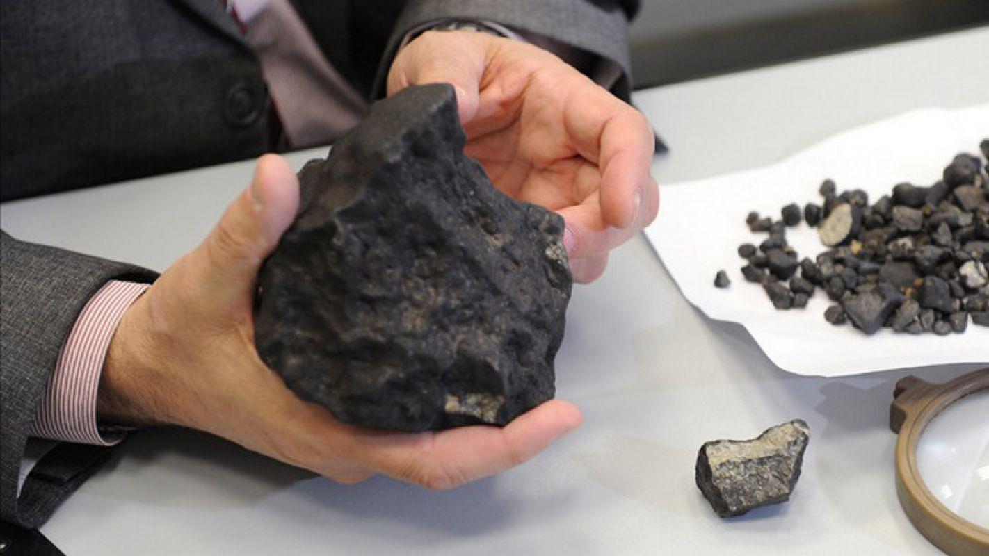 Метеорит в руке