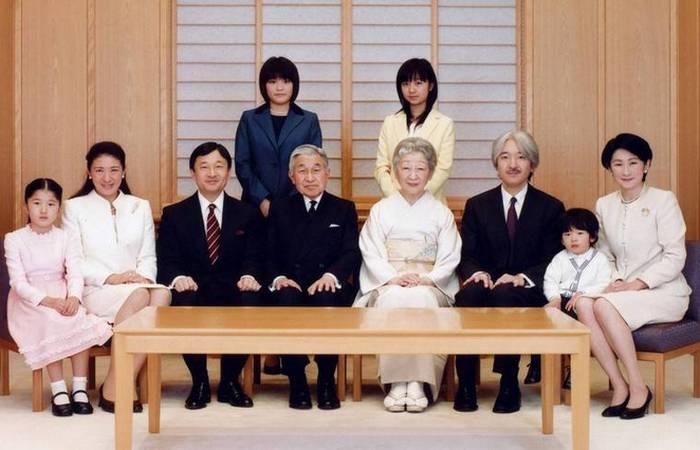 Император Акихито с семьей