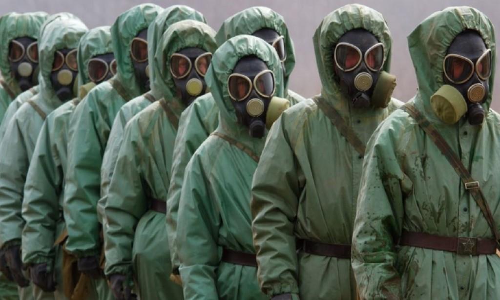 Люди в защитных костюмах