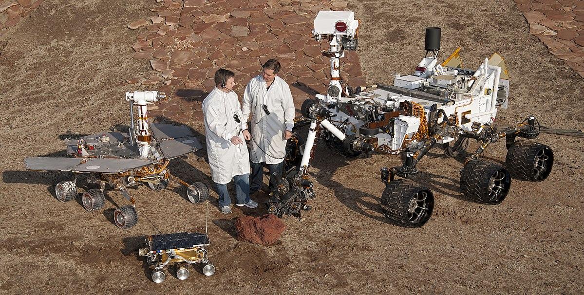 Специалисты НАСА у марсоходов