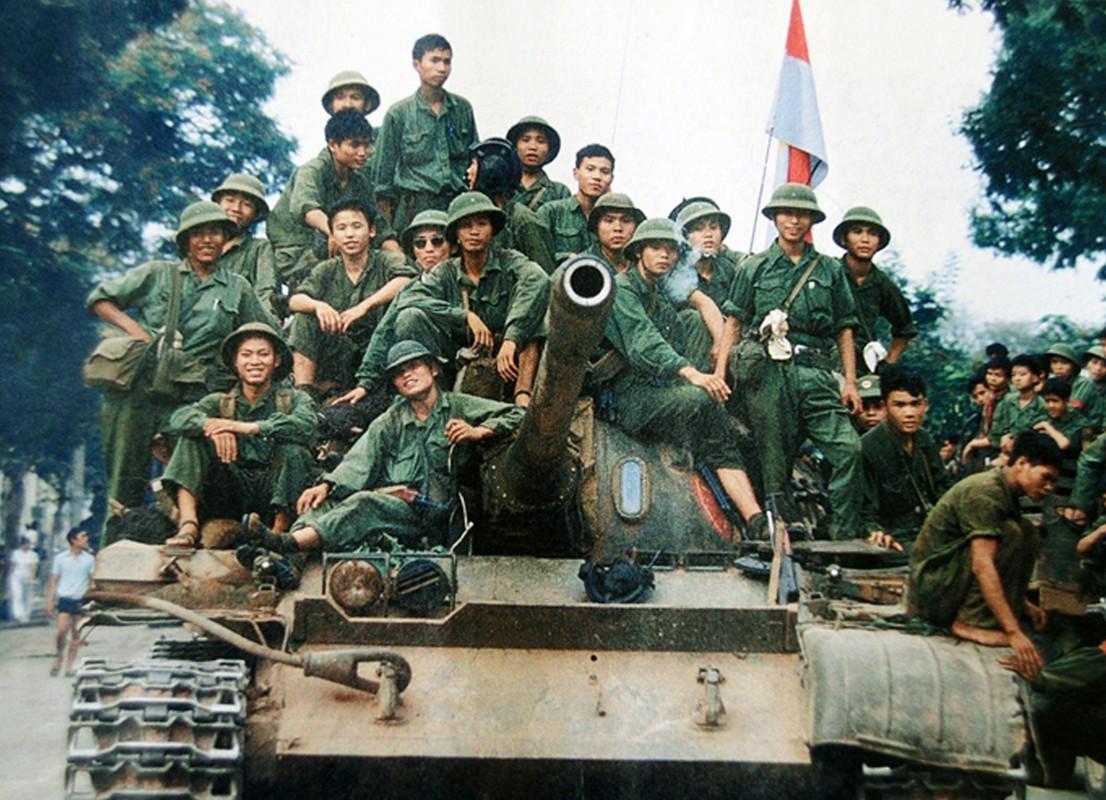 Армия ДРВ вступает в Сайгон