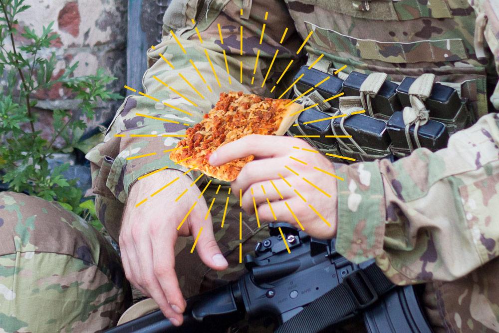 Солдат с пиццей
