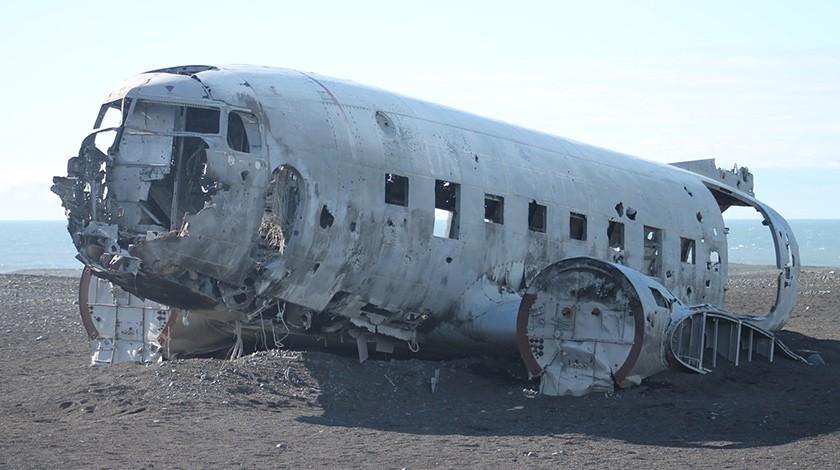 Остов сбитого ИЛ-20