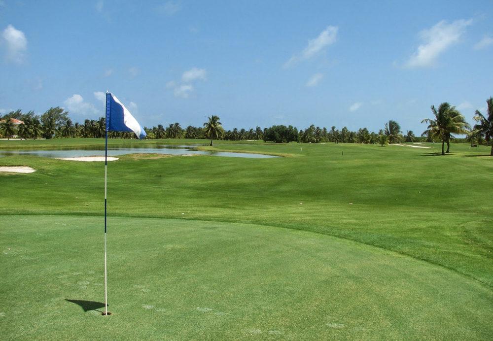 Поле для гольфа на Caye Chapel