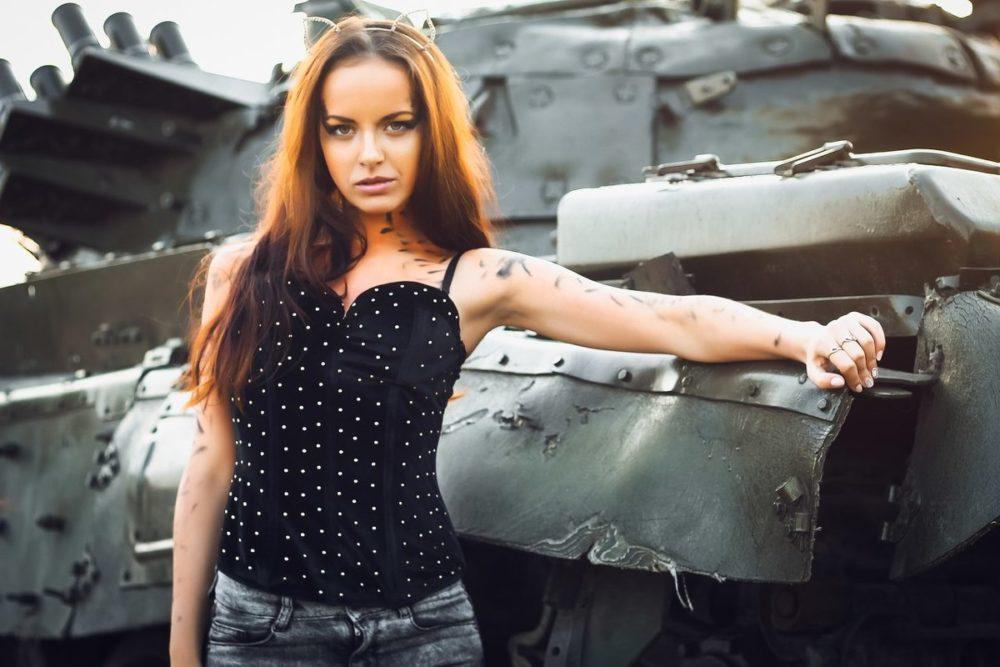 Девушка с танком