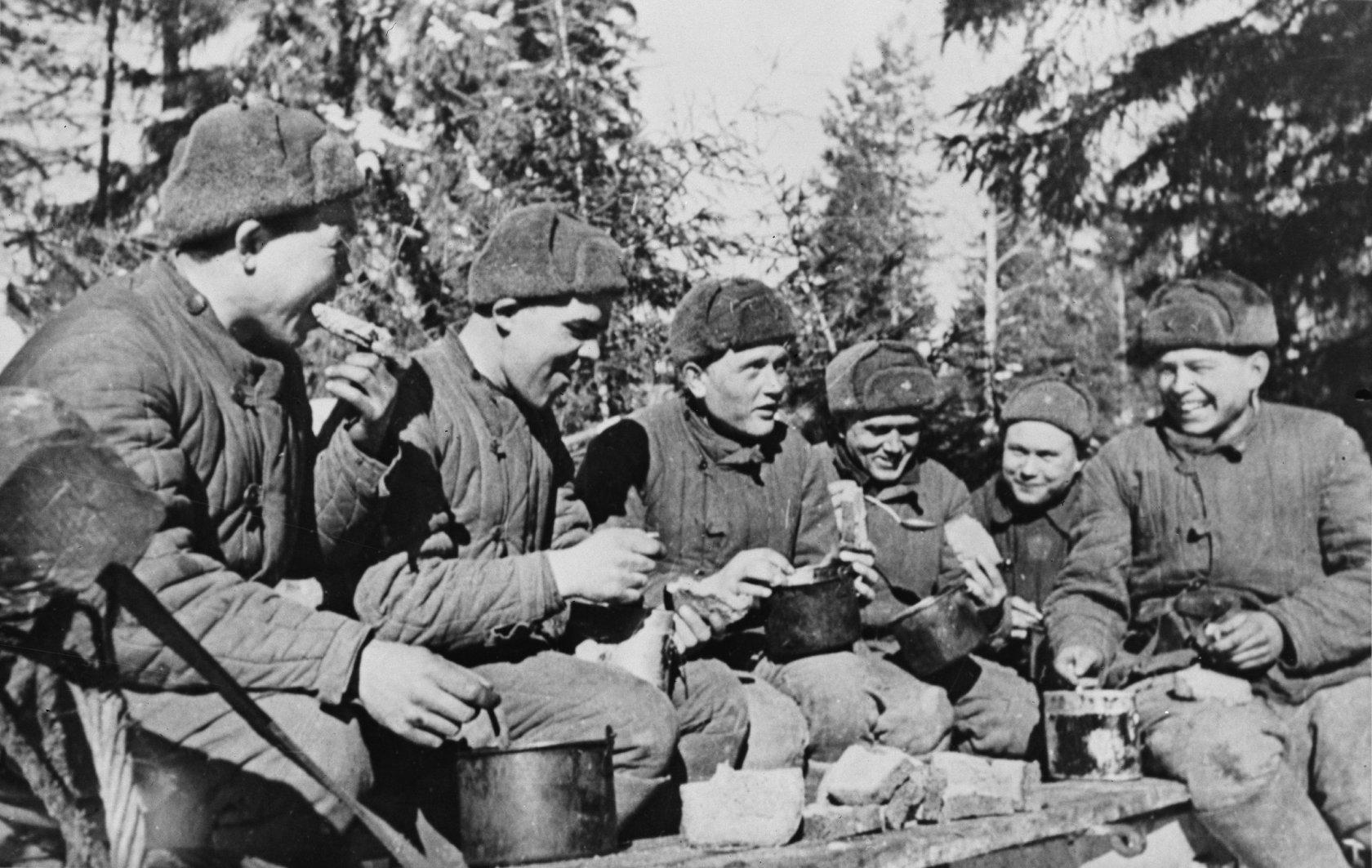 Солдаты едят перловку