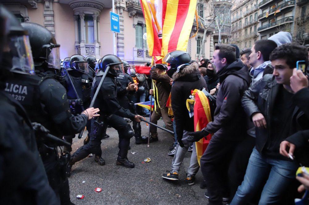 Столкновение полиции и протестующих