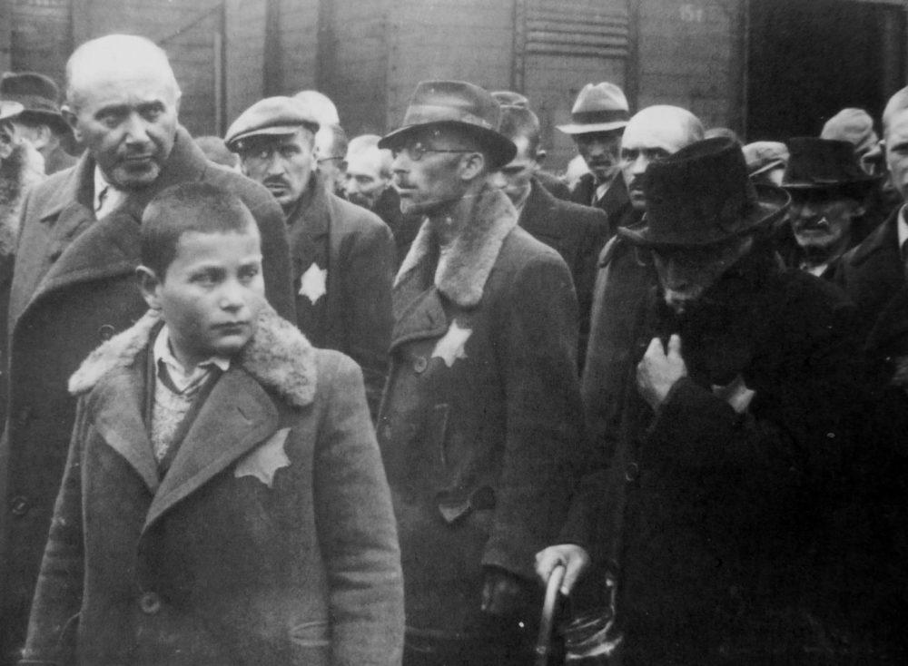 Евреи с опознавательными нашивками