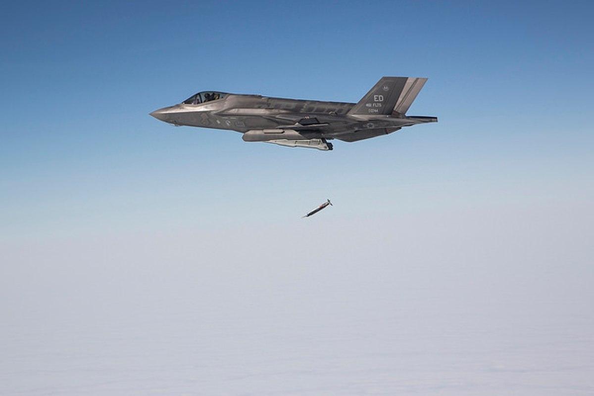 F-35 сбрасывает бомбу