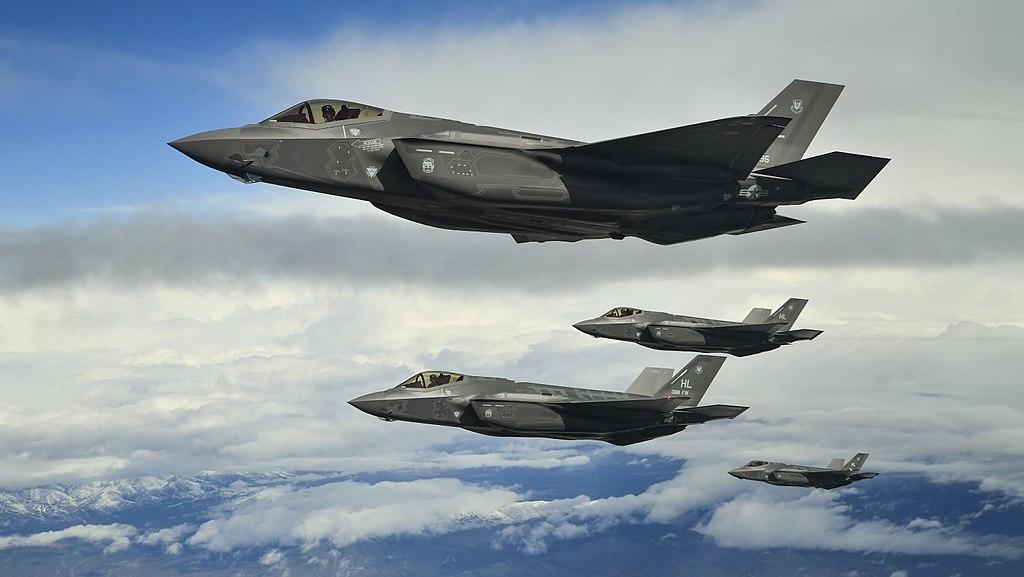 Истребители F-35 в небе