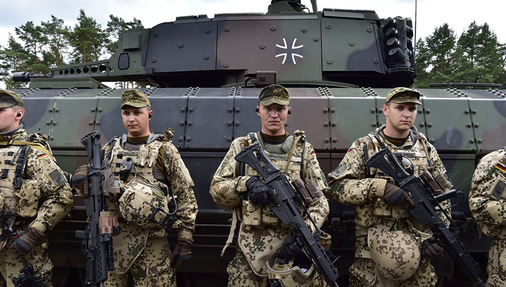 Немецкие солдаты у танка